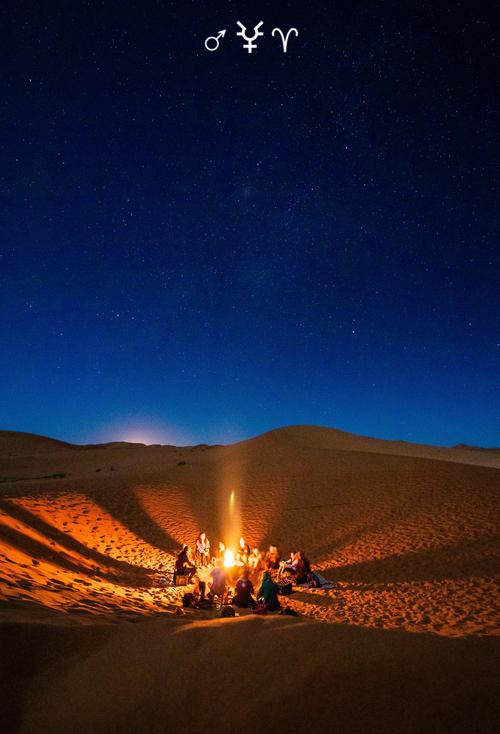 Marte in Ariete 2020: amici accampati nel deserto al tramonto