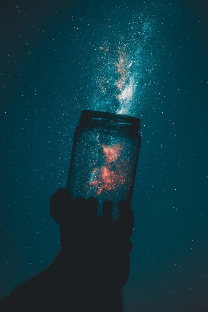 Amore e Potere: il cosmo in un barattolo come simbolo del potere